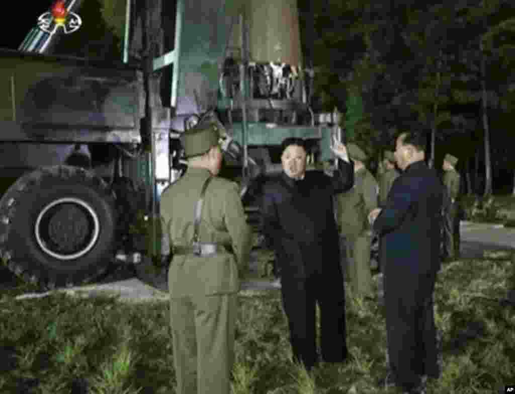 김정은 북한 국무위원장이 '화성-14' 탄도미사일의 2차 시험발사 준비를 지도하는 장면을 조선중앙TV가 보도했다.
