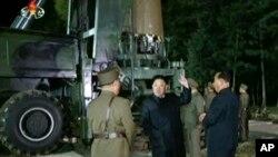 朝鲜官媒2017年7月28日的的视频截图显示,朝鲜领导人金正恩在朝鲜某地的导弹试验场