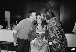 الیزابت تیلور در کنار همسرش ریچارد برتون و کارگردان فرانکو زفیرلی- سال ۱۹۶۶