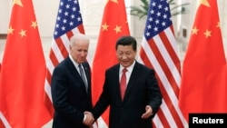 Çin Devlet Başkanı Xi Jinping ve ABD Başkan Yardımcısı Joe Biden Pekin'de el sıkışırken