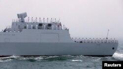 Một tàu khu trục được trang bị tên lửa dẫn đường của Trung Quốc tham gia cuộc duyệt binh trên biển hôm 23/4.