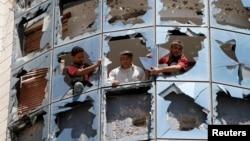 修理工重装玻璃:一枚汽车炸弹在也门胡塞叛乱分子管理的一个医院爆炸