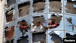 修理工重裝玻璃:一枚汽車炸彈在也門胡塞叛亂分子管理的一個醫院爆炸。
