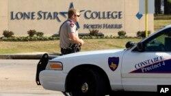 Cảnh sát tại Đại học Lone Star ở Houston, Texas, ngày 22/1/13 sau vụ nổ súng.