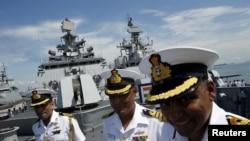 印度海軍什瓦利克號護衛艦(frigate INS Shivalik)的官兵在甲板上與媒體交談。(2015年5月18日)