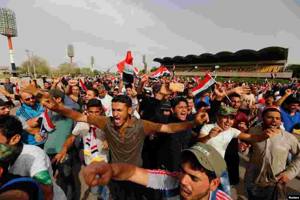 عراق میں شیعہ عالم دین مقتدیٰ الصدر کے حامیوں نے پارلیمنٹ کے قریب سے اپنا احتجاجی دھرنا عارضی طور پر ختم کرنے کا اعلان کیا ہے۔