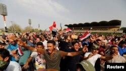 """抗议者在巴格达的""""庆祝广场""""集会示威"""