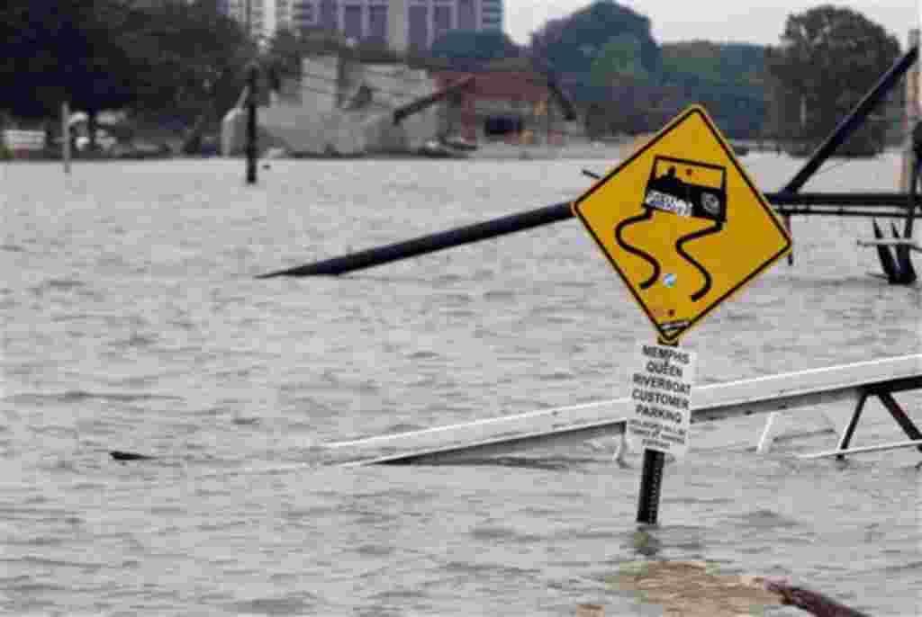 Una rampa que conduce a Memphis y su zona de aparcamiento están rodeados de agua de la inundación en Memphis, Tennessee, 7 de mayo de 2011.