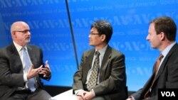 'VOA 특별좌담'에 참석한 미-한연구소 조엘 위트 연구원(왼쪽)과 헤리티지재단 브루스 클링너 선임연구원(오른쪽). 가운데는 사회를 맡은 VOA 한국어방송 이동혁 국장.