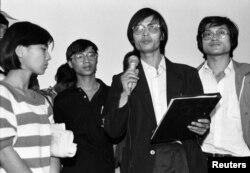 中国学生领袖(左起 :) 柴林、王丹、封从德和李录1989年6月宣誓留在天安门广场。