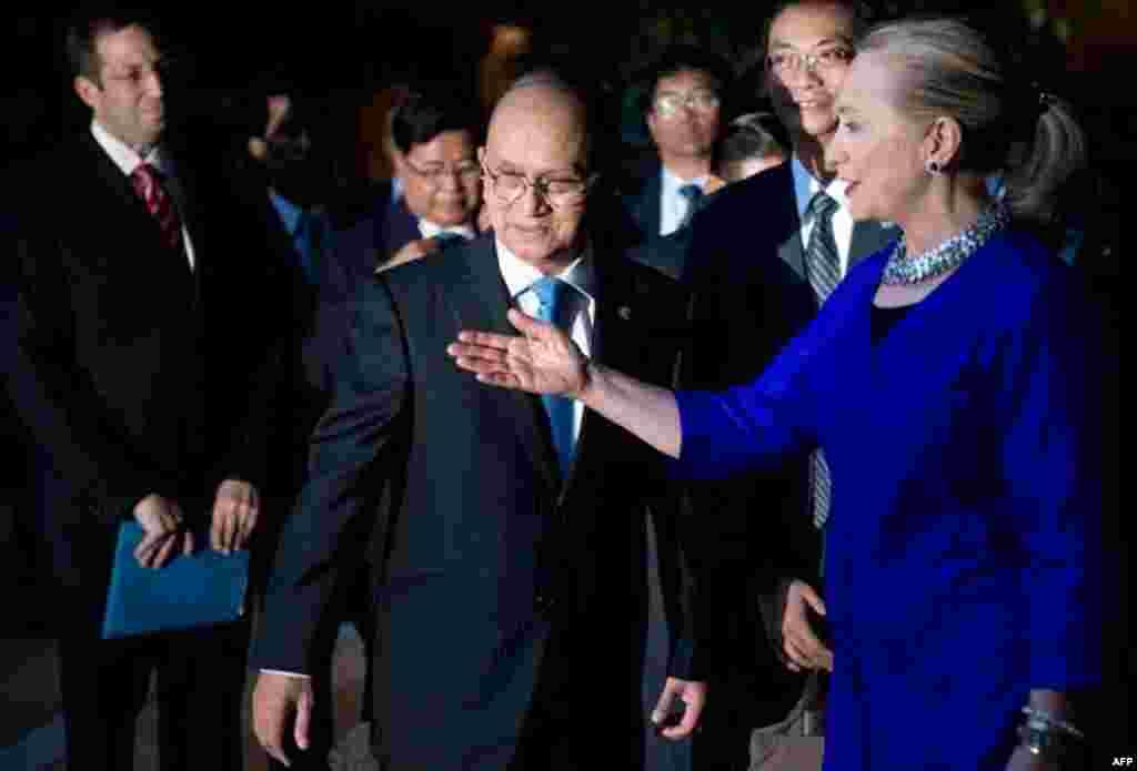 美国国务卿希拉里.克林顿和缅甸总统登盛在柬埔寨暹粒会晤前交谈(2012年7月13日)。