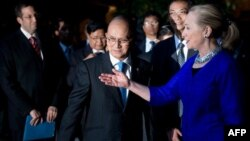 US Secretary of State Hillary Clinton (R) speaks with Burma's President Thein Sein (L) before a meeting in Siem Reap, Cambodia on July 13, 2012.