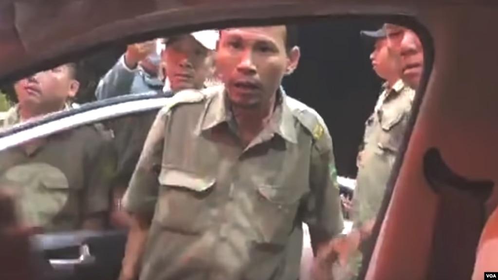 Dân phòng sừng sộ và văng tục với những người không mua vé khi qua trạm BOT An Sương - An Lạc. (Hình: Trích từ video www.youtube.com/watch?v=UvWxG0JQ43g)