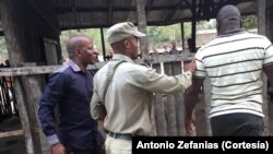 Jornalista Francisco Raiva (esq) e o agressor (dir)