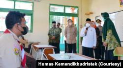 Wakil Presiden Ma'ruf Amin meninjau pelaksanaan PTM di SMP Negeri 1 Citeureup, Kabupaten Bogor, Jawa Barat, 9 September 2021. (Foto: Courtesy/Humas Kemendikbudristek)