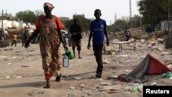 남수단 내전 지역인 말라칼에서 지난달 30일 주민들이 교전으로 파괴된 상점을 지나 대피하고 있다. (자료사진)