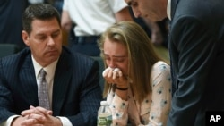 Michelle Carter llora acompañada de sus abogados luego de ser declarada culpable de homicidio involuntario en el suicidio de Conrad Roy III, en la Corte Juvenil de Bristol, en Taunton, Massachusetts. Junio 16 de 2017.