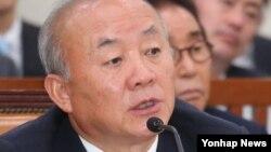24일 한국 국회에서 열린 통일부 국정감사에서 의원들의 질문에 답변하는 류우익 통일부 장관
