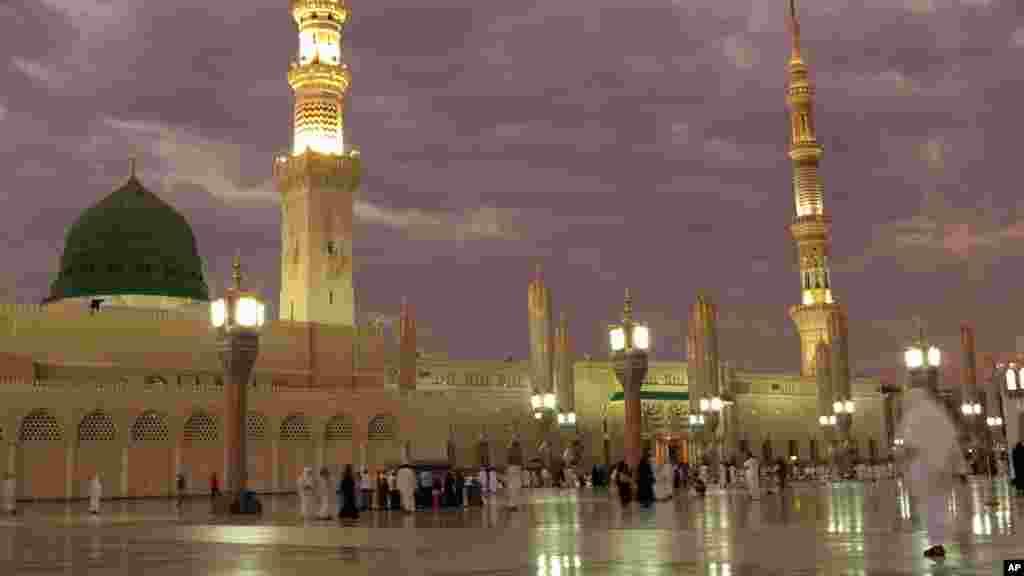 Des gens visitent la mosquée du Prophète à Médine, en Arabie Saoudite, le 5 juillet 2016.