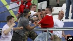 Des supporters russe en anglais se battent lors un match de l'Euro en France, le 11 juin 2016.