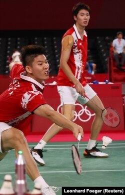 Li Junhui dari China tampil selama pertandingan melawan Takeshi Kamura dari Jepang dan Keigo Sonoda dari Jepang. (Foto: REUTERS/Leonhard Foeger)