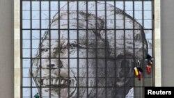 Pòtre ansyen Prezidan sidafriken Nelson Mandela nan fenèt lokal Sant Sivik la nan vil Okap (Cape Town). Misye Mandela ap resevwa swen lopital pou yon enfeksyon nan poumon ka p trakase l