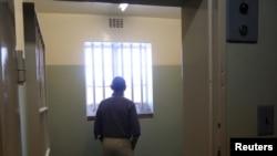 El presidente Barack Obama llegó hasta la celda en donde estuvo detenido Nelson Mandela en la Isla de Robben. frente a Ciudad del Cabo.