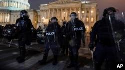 1月6日,警察将示威者赶出国会山。