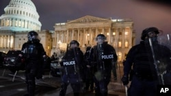 1月6日,警察將示威者趕出國會山
