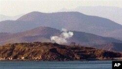 연기가 솟고있는 연평도 건너편 북한 지역