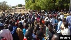 Wasu mutane kennan daga Gwoza, jihar Borno, da tashe-tashen hankula ya raba da gidajensu, suna taro a sansanin 'yan gudun hijira a lokacin da gwamnan jihar Borno Kashim Shettima (babu hotonshi) a garin Mararaba Madagali, jihar Adamawa. (File Photo)