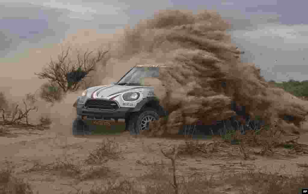 កីឡាករប្រណាំងឡាន លោកOrlando Terranova ពីប្រទេសអាហ្សង់ទីន និងកីឡាករAndreas Schulz របស់ប្រទេសអាល្លឺម៉ង់ កំពុងប្រណាំងក្នុងជុំទី១១ នៅក្នុងការប្រណាំងឡាន Dakar Rally នៅចន្លោះទីក្រុងSan Juan និងទីក្រុង Rio Cuarto ប្រទេសអាហ្សង់ទីន។