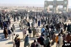 پاکستان امریکہ کے افغانستان سے انخلا کی صورت میں پیدا ہونے والی صورت حال کے نتیجے میں مہاجرین کی آمد کی نئی ممکنہ لہر سے شدید پریشان ہے۔ (فائل فوٹو)