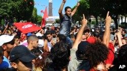 Biểu tình trên đại lộ chính trong thủ đô Tunis sau khi nhà lãnh đạo đảng đối lập Mohammed Brahmi bị ám sát, 25/7/13