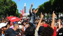 Warga Tunisia menggelar aksi protes di ibukota Tunis, menanggapi terbunuhnya pemimpin oposisi Mohamed Brahmi, Kamis (25/7).