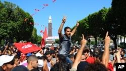示威者聚集在首都突尼斯城的主要街道