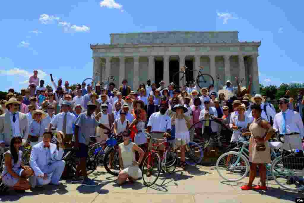 Участники Tweed Run на фоне монумента Линкольна