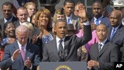 ປະທານາທິບໍດີ ບາຣັກ ໂອບາມາ ພ້ອມດ້ວຍຮອງປະທານາທິບໍດີ Joe Biden, ແລະບຸກຄົນອື່ນໆ ຖະແຫລງກ່ຽວກັບຂໍ້ສະເໜີສ້າງໜ້າວຽກຂອງທ່ານ ທີ່ທໍານຽບຂາວ ກຸງວໍຊິງຕັນ, ວັນທີ 12 ກັນຍາ 2011