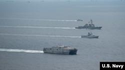 美国海军舰船2016年11月16日在南中国海参加演习。