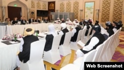 Delegasi Taliban Afghanistan (kanan) melakukan perundingan babak ke-9 dengan delegasi AS (kiri) di Doha, Qatar.