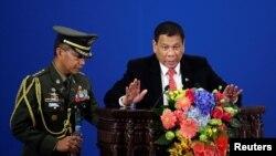 فلپائن کے صدر روڈریگو چین کے دورے میں کاروباری کانفرنس میں تقریر کررہے ہیں۔ 20 اکتوبر 2016