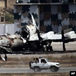طالبان شدت پسندوں نے کراچی میں بحریہ کی مہران بیس پر حملے میں دو طیاروں کو بھی تباہ کیا۔