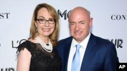 Cựu dân biểu Gabby Giffords và chồng là ông Mark Kelly, cựu phi hành gia NASA.