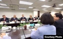 民进党主席蔡英文与共和党访团座谈(2015年,蔡英文脸书照片)