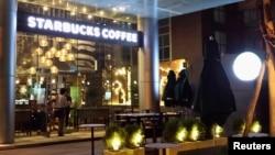 Para pekerja mempersiapkan pembukaan kedai kopi Starbucks di Ho Chi Minh City, Vietnam, akhir Juli.