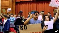 佛蒙特州明德学院的学生在自由意志保守派作家查尔斯·默尔发表演讲之际转过身去以示抗议。(2017年3月2日)