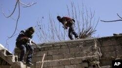 Militan PKK lari setelah menyerang pasukan keamanan Turki di Nusaydin 1 Maret 2016 lalu (foto: dok).
