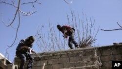 在土耳其努赛宾,库尔德工人党激进分子袭击了土耳其安全部队后迅速跑开。(2016年3月1日)