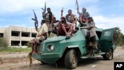 Dân quân trung thành với Tổng thống Abed Rabbo Mansour Hadi đi trên xe quân sự ở Aden.
