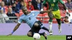German Rolin, del equipo uruguayo, intenta controlar un balón que también buscaba el senegalés Sadio Mane. Senegal derrotó el domingo a Uruguay, 2-0.